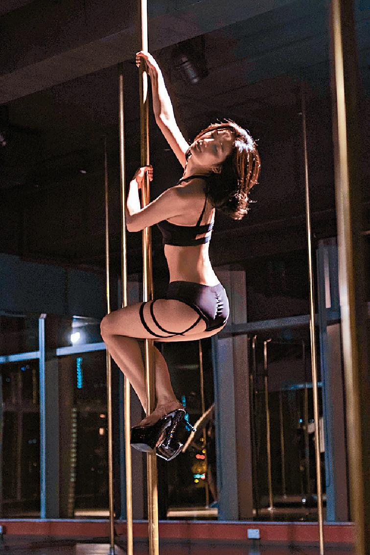 索爆阿Sa 阿Sa為演《非分熟女》苦練鋼管舞,戲中亦要穿性感服裝跳舞,盡Show索爆曲線。