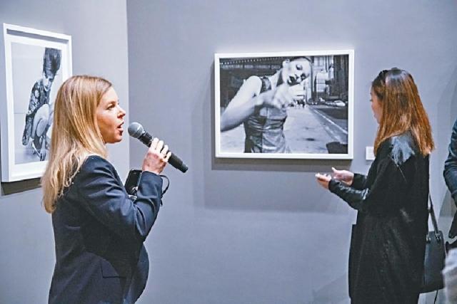 ■策展人Nathalie Herschdorfer(左)在展覽開幕日分享相片背後的故事。