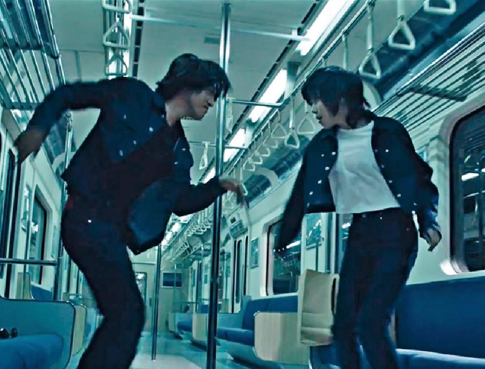 ■童童與木村在火車廂內大鬥舞技。