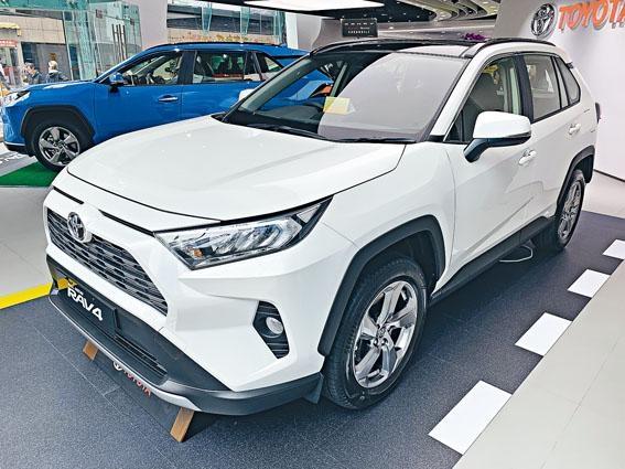 全新RAV4現於九龍灣專店公開預展,白色及藍色分別為Advantage標準版和Luxury豪華版。