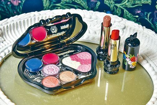左/幻彩森林寶石單色眼影、亮肌花漾頰彩、手提包造型化妝盒。右/華麗水潤薔薇唇膏。