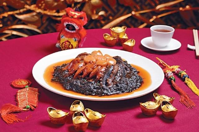 海珍壹品窩(壹品海味拼) $2,000/六位 ■用鮑魚、蠔豉、海參等炮製,鮮味無窮,加上盡吸海味精華的豆苗墊底,特別美味。