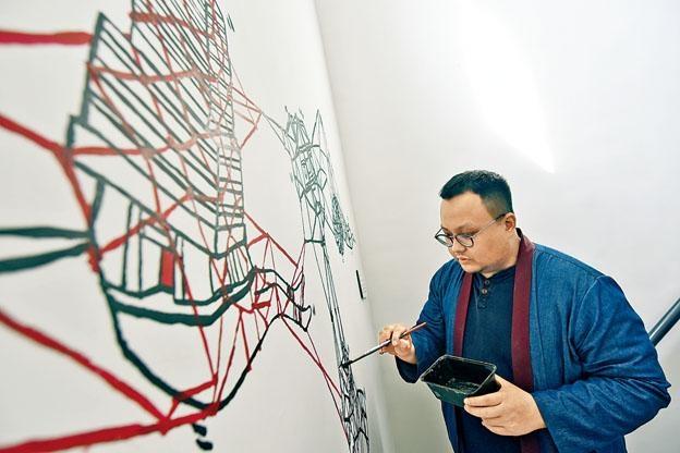 藝術家含蓄在梯間繪畫與油麻地相關的壁畫。