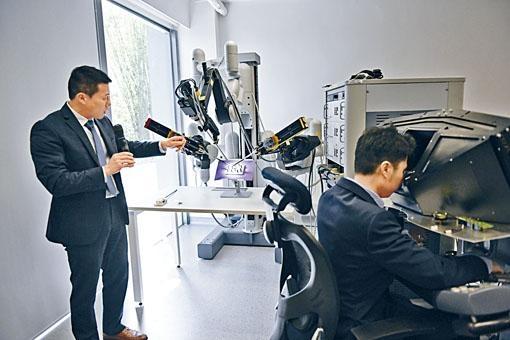 中大將與約翰.霍普金斯大學合作開發醫療機械人儀器和控制演算法,為患者提供更安全的工具及先進軟件。