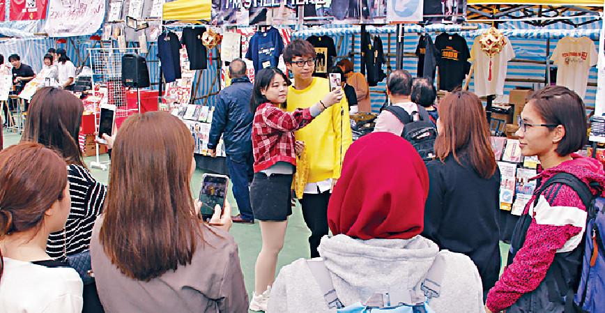 ■坤哥喺年宵巿場好受歡迎,不過留意番大部份係女粉絲。