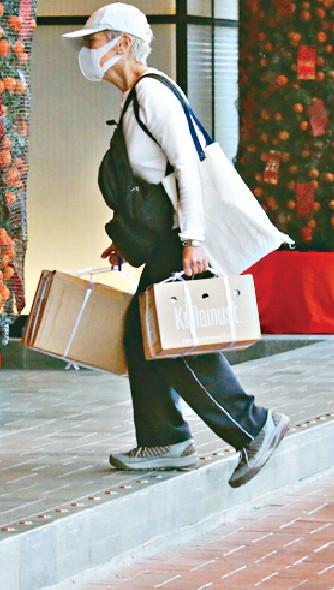 ■孭住兩袋嘢嘅Deanie姐,手拎兩個紙皮箱行去附近酒店等的士。