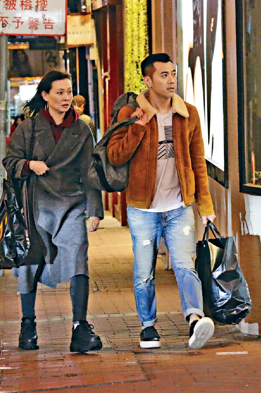 ■梁氏夫婦都着得好有型,喺街頭行,畫面好靚。