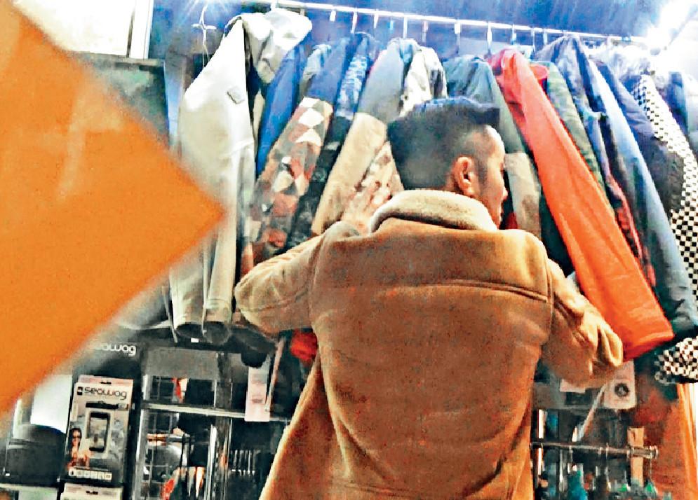 ■梁炳主力睇衫褲,每件褸都會揭出嚟睇。