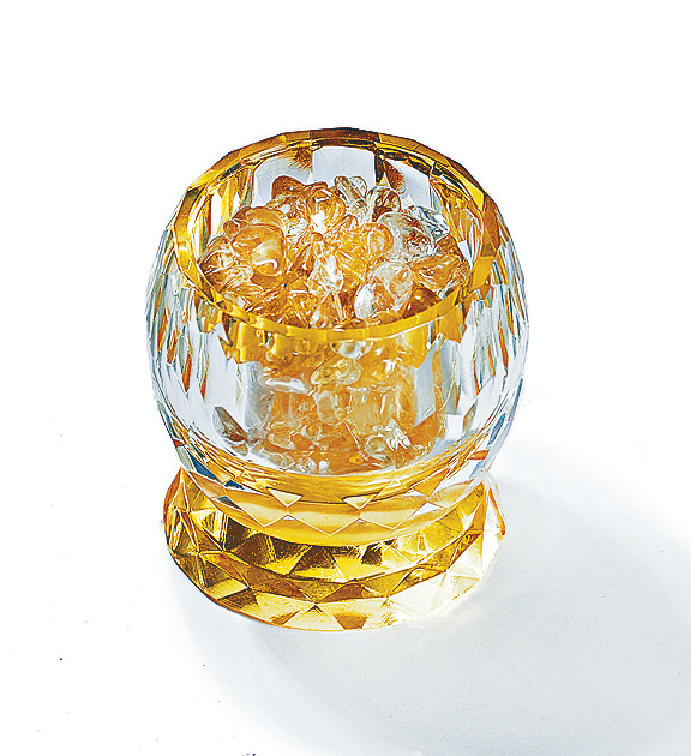 正西位 正西位有助財運,可放流水擺設、水種植物或魚缸,如家居上未能配合擺放有水的物件,可放置黃水晶的杯,可以增強財運。 黃水晶旺財水晶杯