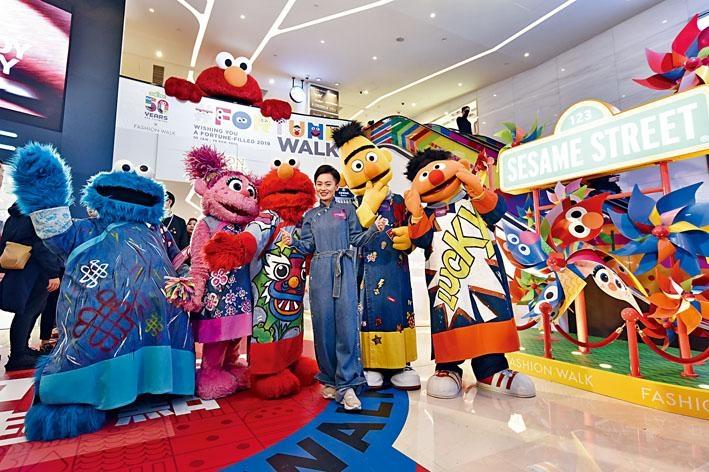 擅長旗袍設計的Janko首次挑戰男裝,為Elmo和Cookie Monster等設計華服。