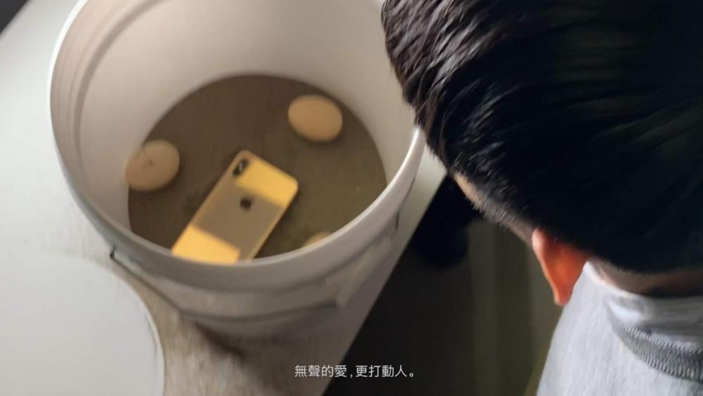 放中桶裏的iPhone Xs可以獨特角度拍攝。