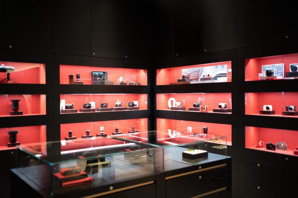 陳列不同型號的Leica相機及配件。