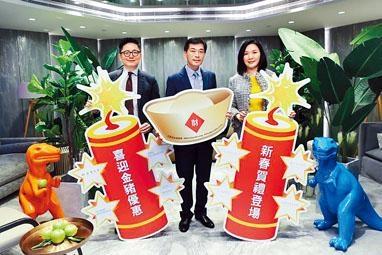 ■會德豐地產黃光耀(中)表示,旗下6個新盤推出新春優惠。左為楊偉銘,右為陳惠慈。