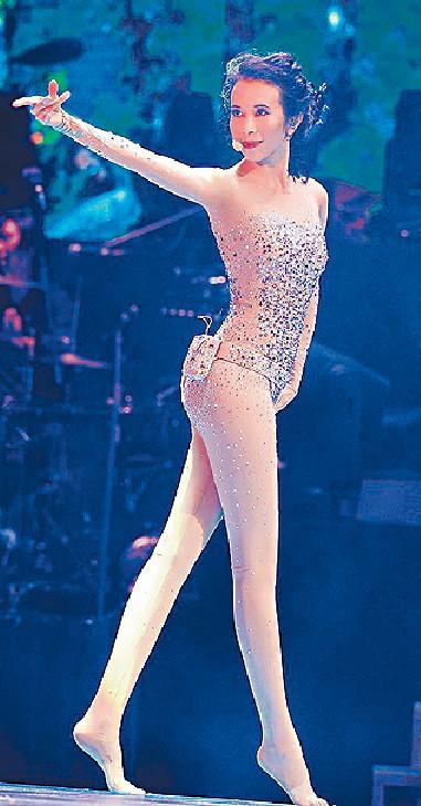 ■月前在小巨蛋開騷,呢套激似體操選手嘅戰衣,將Karen玲瓏纖體表露無遺。