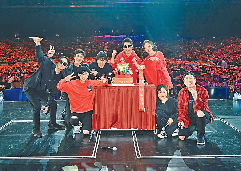 ■大會為池石鎮(後排右二)預祝生日,RM成員更與全場大合照。