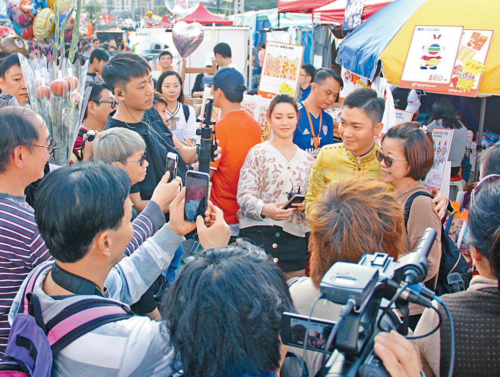 ■李博士好受市民歡迎,不斷被fans包圍求合照。