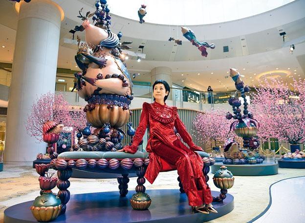 上海新銳藝術家陳莉為圓方商場創作藝術裝置,包括她身後的六米高豬雕塑。