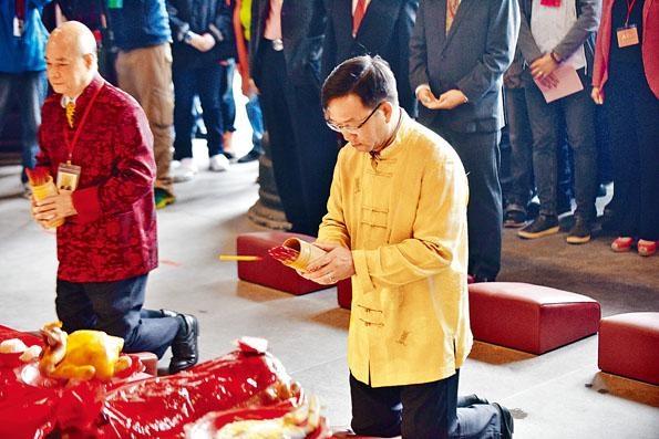 新界鄉議局主席劉業強昨到車公廟為港求得中籤。
