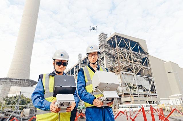 中電二級工程師羅俊展及忻國雄加入航拍小隊,以航拍機檢查發電廠的煙囪及電力裝置。