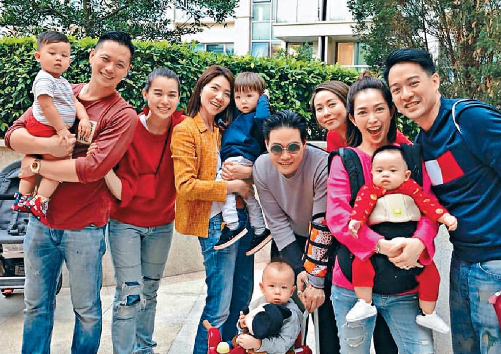 ■(左起)胡杏兒一家三口與一眾藝人好友在年初二玩得好開心。