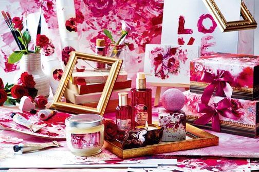 以玫瑰魅力為靈感的魅香玫瑰系列\$75至$420\SABON,包括浴球、香薰包、沐浴油、身體磨砂、潤膚油及香薰蠟燭,讓滿室瀰漫溫馨濃郁的花香。