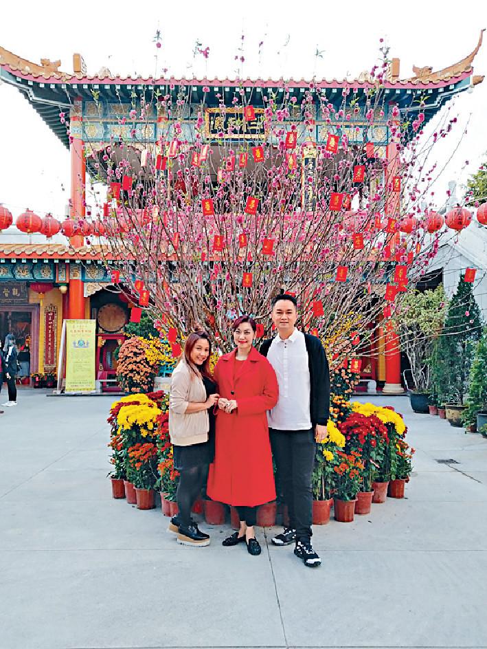齊攝太歲 探完長者後,鄺美雲與DJ何嘉露(左)和梁泰來(右)到廟宇攝太歲。