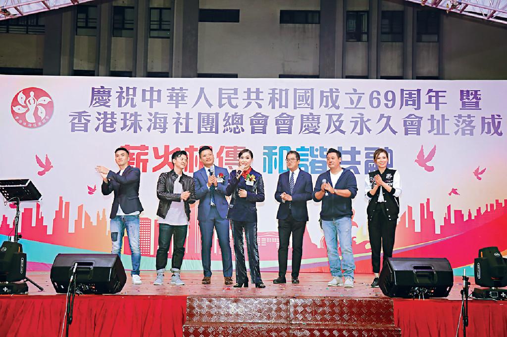 獻唱助興 ■鄺美雲去年底在「香港珠海社團總會」活動中獻唱。