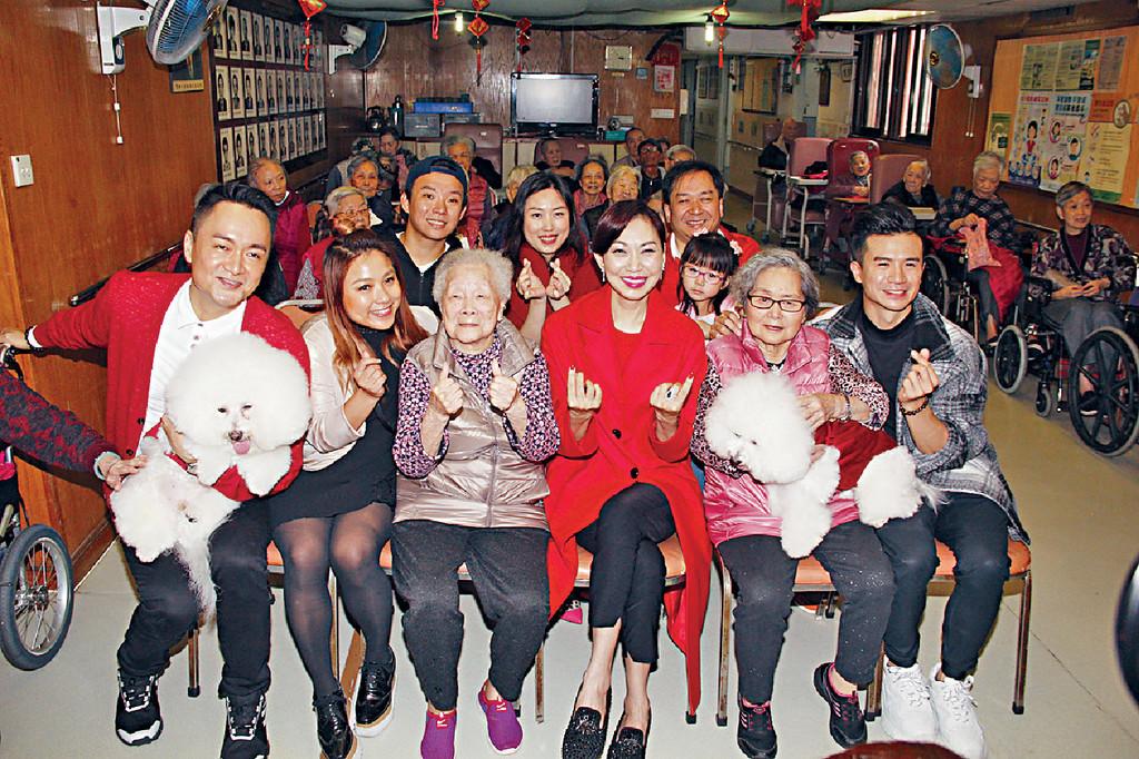 探訪長者 鄺美雲和好友釗鋒(右一)、DJ何嘉露(左二)和梁泰來(右一)與長者大合照。