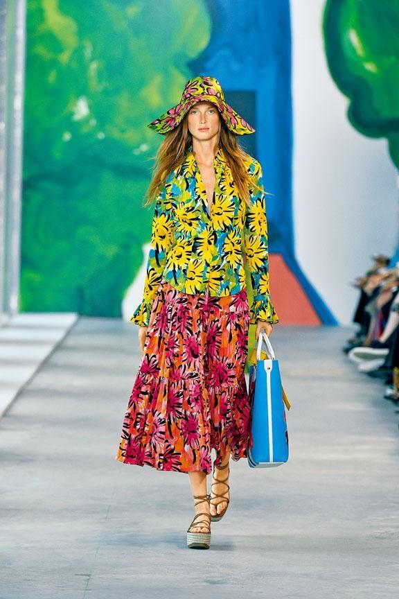 Michael Kors Collection春季系列,以盛放的花卉為主打圖案,配搭明亮的色調,展現繽紛美態。