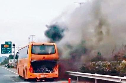 載有港人旅行團的旅巴駛返深圳途中起火,冒出濃煙。