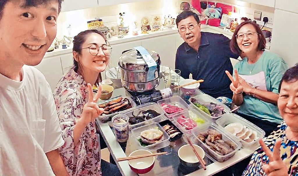 ■過年前鄧健泓和太太及老人家打邊爐團年。