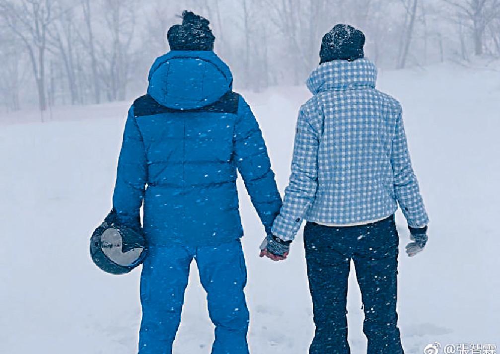 ■2月8日是張智霖和靚靚的結婚周年紀念日,兩夫妻在雪地手拖手,看着兒子學滑雪留言「足矣」!