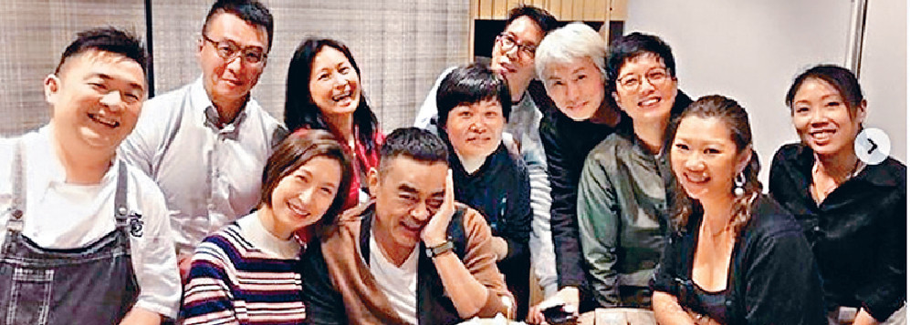 ■《廉政》主角劉青雲前晚與太太郭藹明及好友黃子華等歡聚。網上圖片