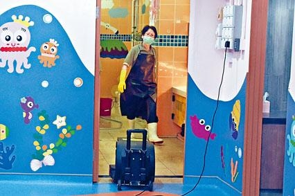 長沙灣一所幼稚園昨有校工加緊清潔校園。