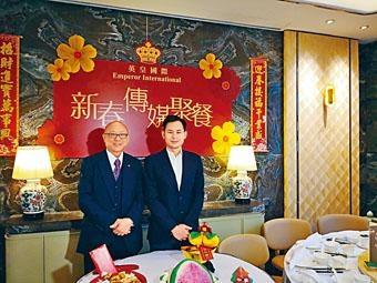 英皇張炳強表示,跑馬地舊英皇駿景酒店將重建為出租住宅。旁為楊政龍。