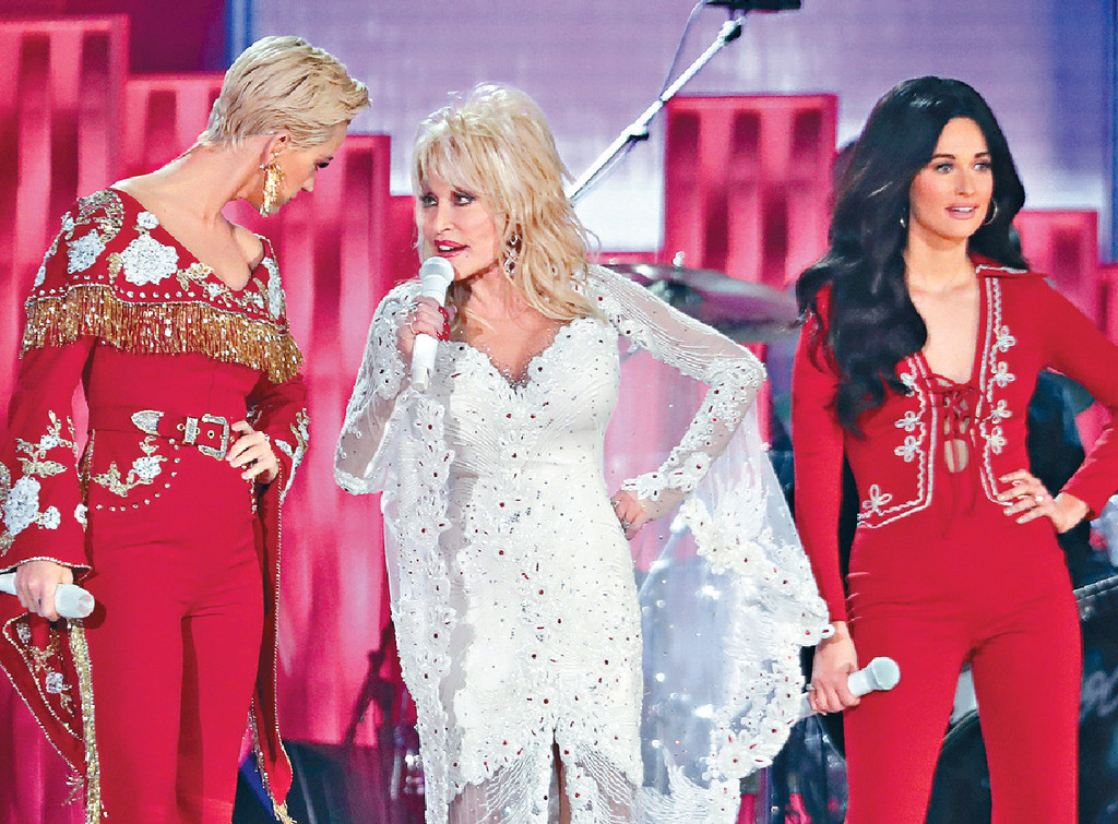 ■(左起) Katy Perry、桃莉芭頓及Kacey Musgraves大唱經典名曲。美聯社
