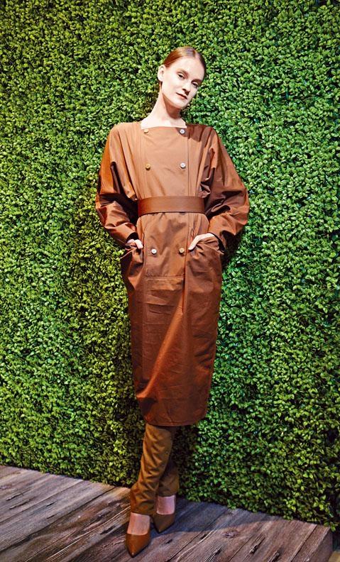 土紅色和式連身裙連粗腰帶、煙草色荷葉邊後跟高跟鞋。