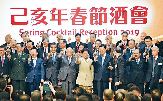 香港中華總商會春節酒會昨舉行。中聯辦副主任譚鐵牛(前排左三),全國政協副主席梁振英(前排左四),全國政協副主席董建華(前排左五),行政長官林鄭月娥(前排左六),外交部駐港特派員公署特派員謝鋒(前排右四),政務司司長張建宗(前排右二)等出席。