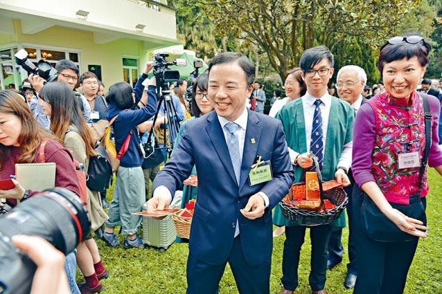 ■左圖:港大昨於校長府邸舉行新春團拜,張翔(左)首次以校長身分與一眾管理層向傳媒拜年。