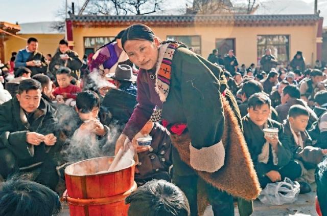 郭麻日寺派酥油茶的盛況。
