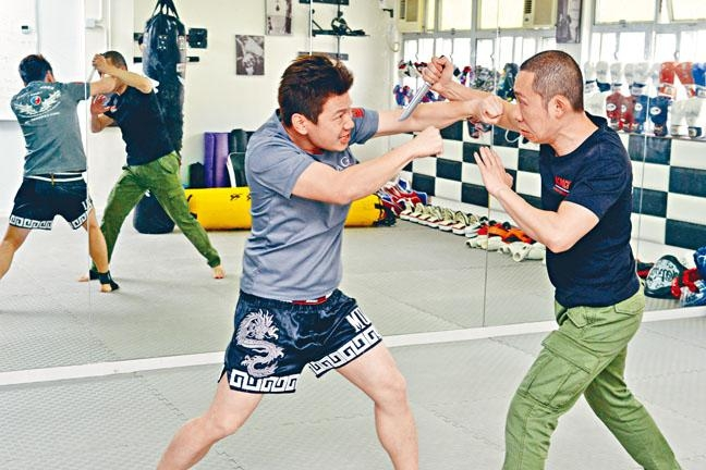 ●Fightkids創辦人兼教練Ryan Wong(圖右)和Kenny Leung(圖左)一邊示範一邊解說:「不論防護或攻擊,也要因應當時環境判斷該怎樣行動,若敵方身高相若,可伸手攻擊頭面,如自己較矮小,則可轉為出拳攻擊敵方下陰部位。」