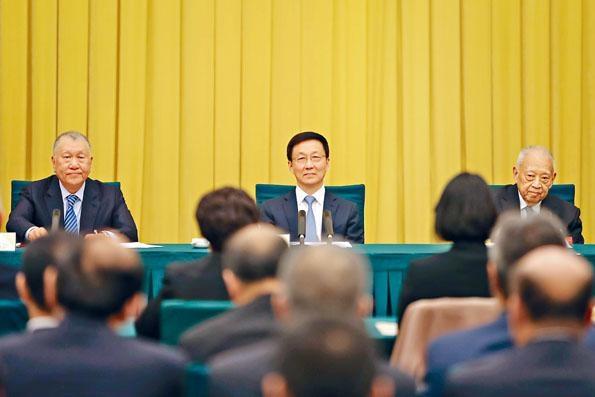 ■韓正(中)與全國政協副主席董建華(右)、何厚鏵(左)出席會議。