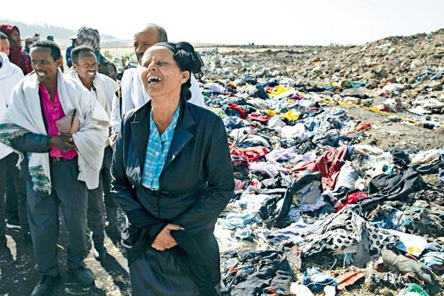 埃塞俄比亞失事航班一名機組人員的母親,在墜機現場痛哭。