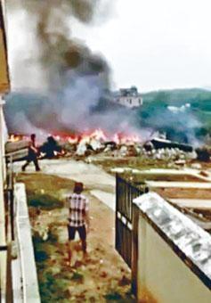 墜機現場火光四起,並有零星爆炸。