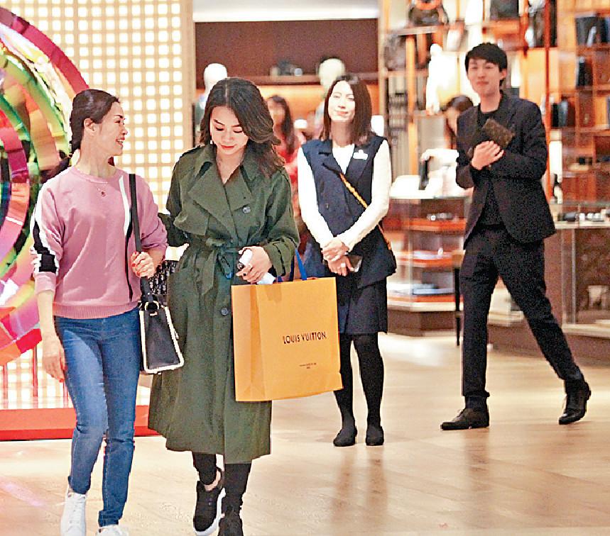 ■快買LV嘅心穎有店員笑住送出門口。