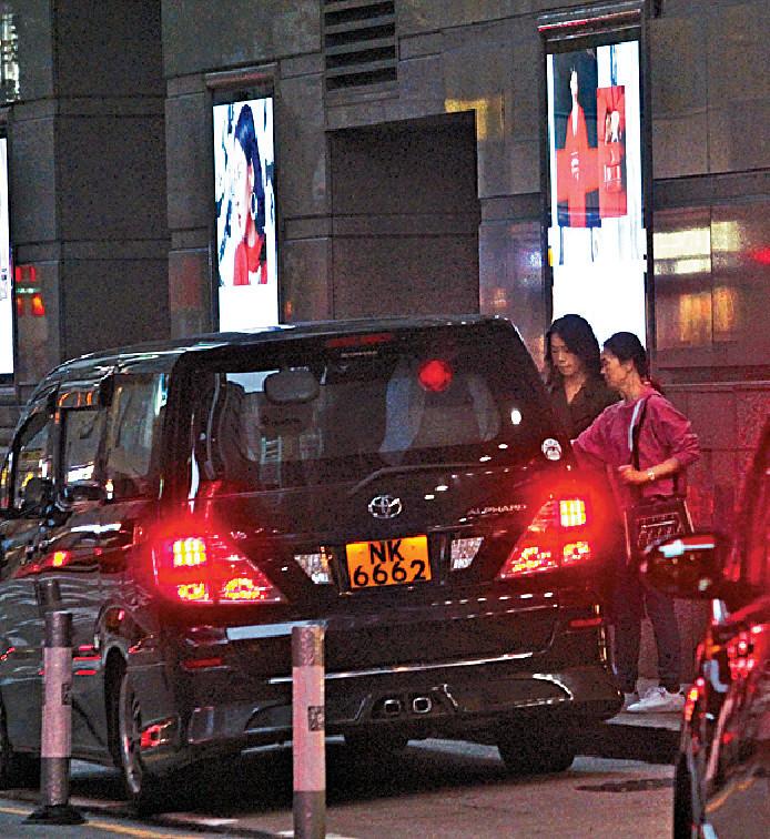 ■兩母女行完街,行出門口就上車離開。