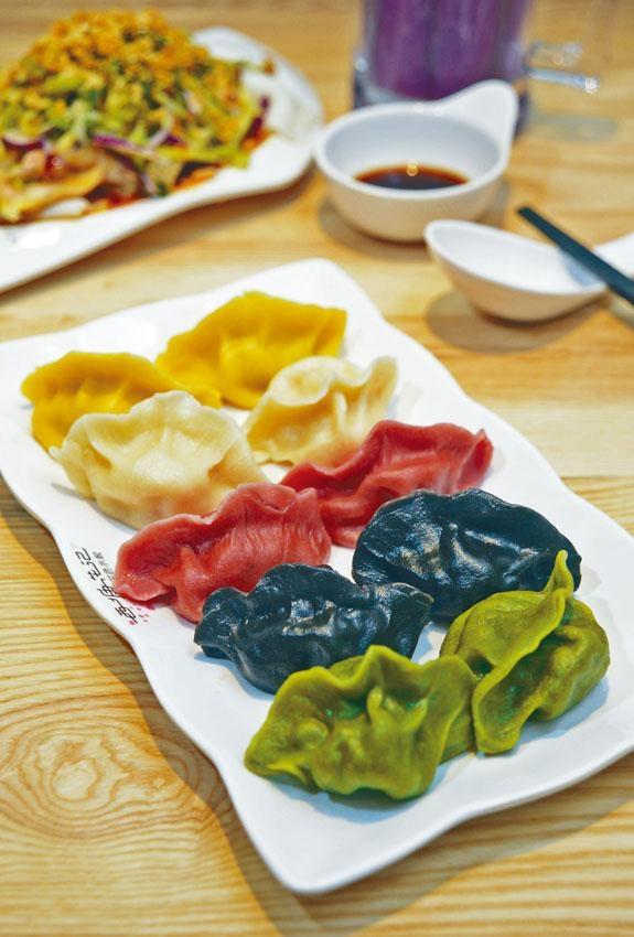 ●招牌五福水餃齊集五款招牌水餃,包括白色的剁椒魚、紅色的番茄牛肉、黃色的冬菇豬肉、黑色的海三鮮和綠色的素三鮮水餃。($78/10隻)