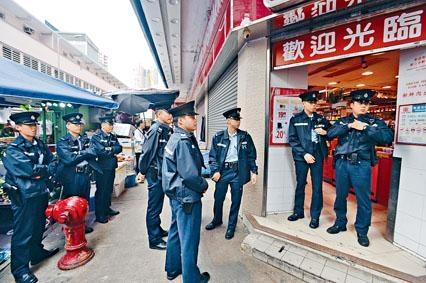 ■大批警員封鎖超市現場調查。