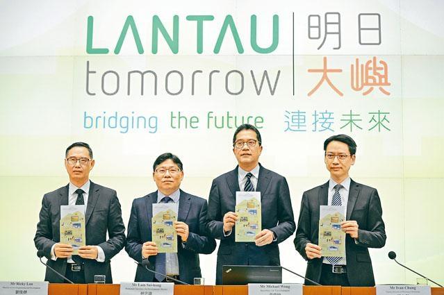 发展局就「明日大屿愿景」举行记者会。 局长黄伟纶否认计画会「掏空库房」,强调项目将带来卖地收入、经济收益及社会效益。