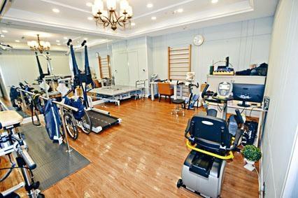 院舍有特別針對中風長者的儀器和復康設施。